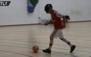 بالفيديو  ..  الفتى ميكي ..  يلعب كرة القدم رغم فقدانه بصره