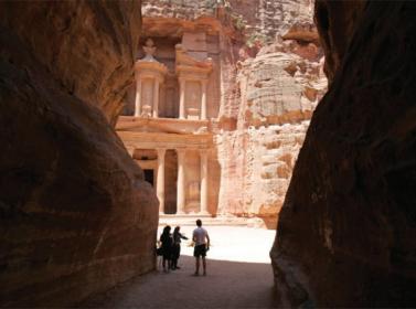 2.2 مليار دولار دخل سياحي للأردن حتى آب