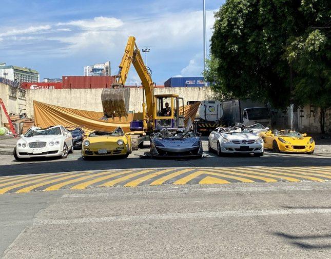 """تصرف مثير للجدل … شاهد تدمير سيارات فارهة باستخدام """"ونش حفَّار"""" والكشف عن السبب"""