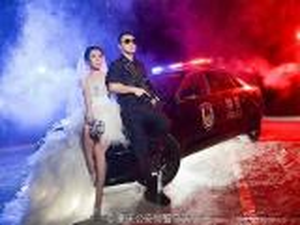 لأنه مشغول جدا ..صينية تلتقط صور زفافها مع زوجها الضابط أثناء عمله