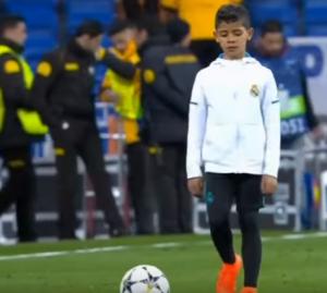 بالفيديو .. ابن كريستيانو رونالدو يقلد والده في مباراة ريال مدريد و باريس سان جيرمان