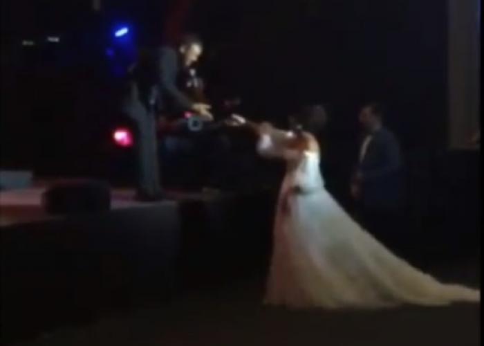 بالفيديو  .. عروس تقتحم حفل كاظم الساهر  .. وهذه كانت ردة فعل القيصر