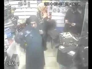 """بالفيديو: طفلة تسرق """"لاب توب"""" باحترافية اللصوص"""