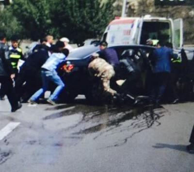 بالصور .. 6 أصابات بحادث تصادم سيارتين تابعة للوفود المشاركة بالقمة