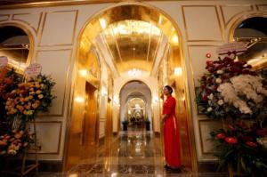 افتتاح أول فندق مطلي بالذهب في العالم  .. صور