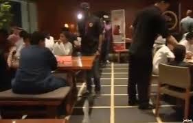 بالفيديو ..  ممثلون سعوديون يخدمون الزبائن في أحد مطاعم الرياض