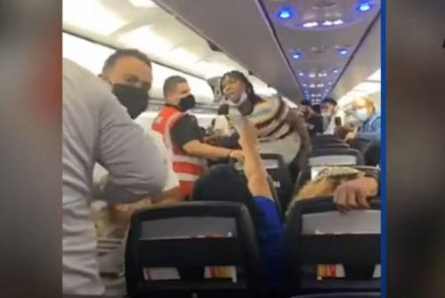 عراك جماعي بالأيدي على متن طائرة