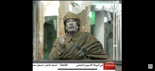 بالفيديو :غرائب وعجائب القذافي وهو يتحدث للجمهور