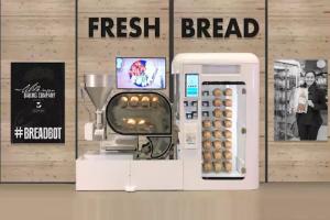 بالفيديو ..  آلة بيع للخبز باستطاعتها خبز حتى 10 أرغفة كل ساعة وخبزها بنفسها
