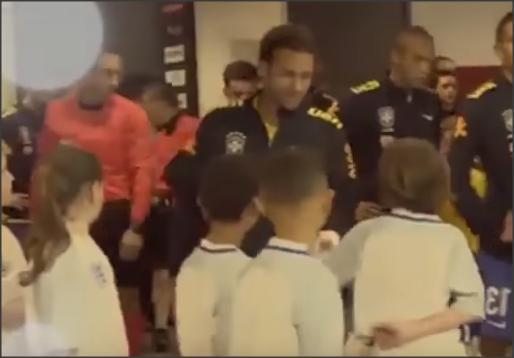 بالفيديو .. طفل يسأل سؤال ويحرج نيمار