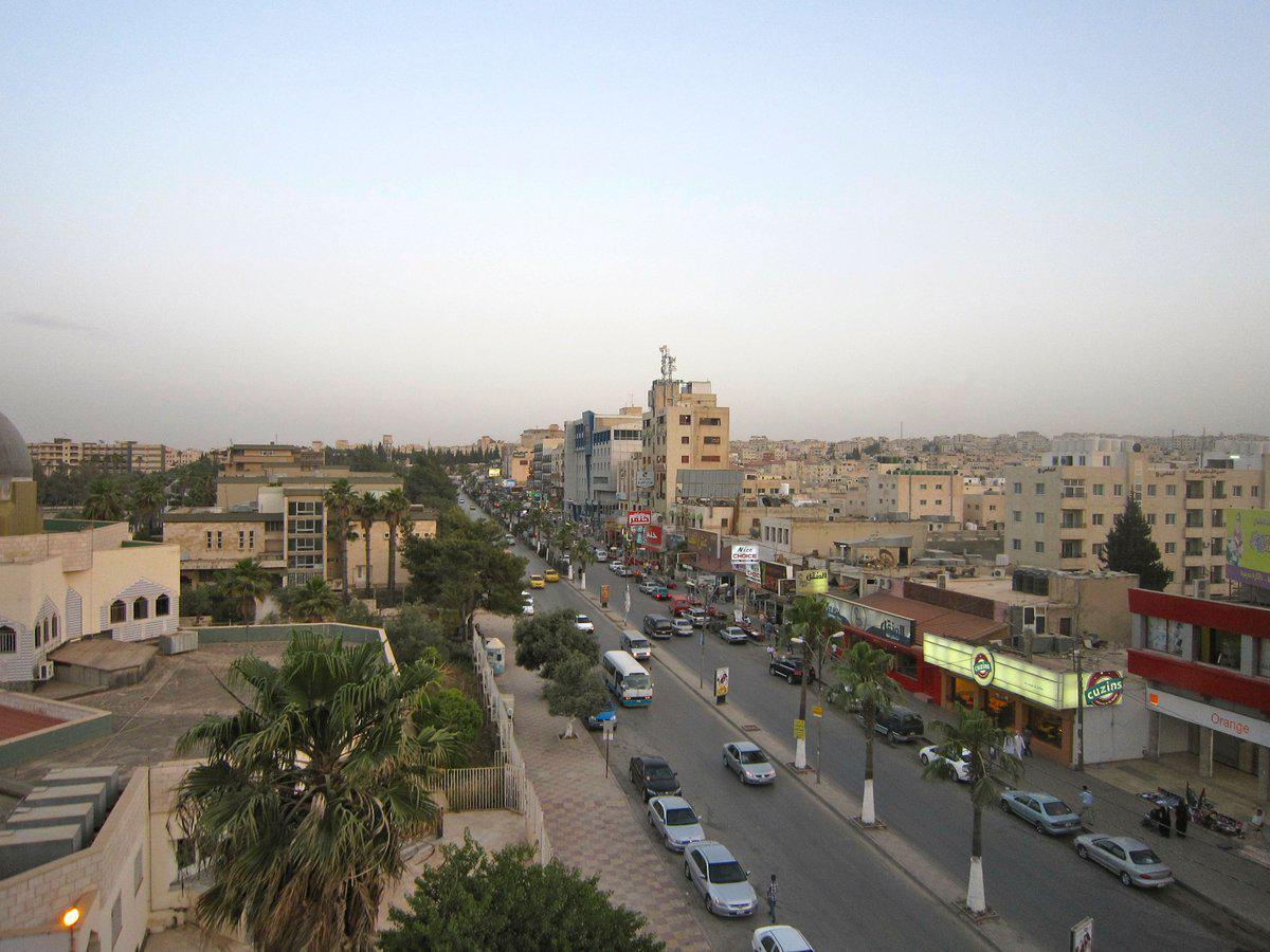 مبادرة لتنظيم المتسوقين أمام المحال في إربد