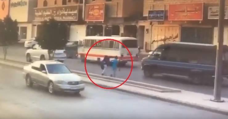بالفيديو ..  شاهد ماذا فعل سائق دهس طفلاً أمام عينيّ والدته وقذفه عدّة أمتار