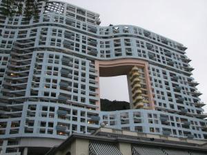 بالصور.. لماذا تبنى ناطحات السحاب وبها ثقوب كبيرة بمنتصفها في كوريا الشمالية؟