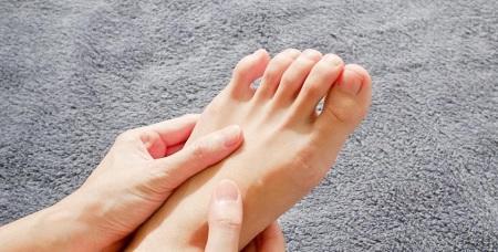 أسباب تنميل القدمين أثناء النوم وكيفية تجنبها