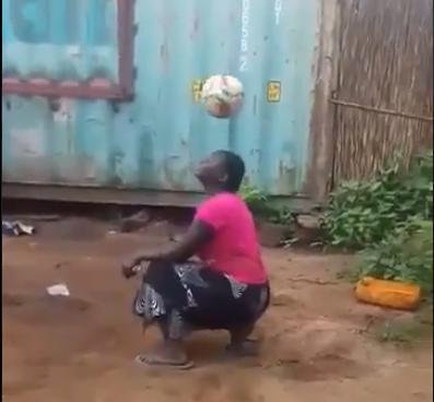 بالفيديو  ..  سيدة إفريقية تذهل ترامب بمهاراتها الكروية الخارقة