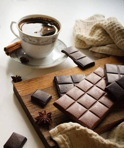 لماذا ينصح بعدم تناول الحلويات مع القهوة؟