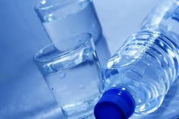 الحكومة تمنع بيع المياه المحلاة في الأسواق والمحال
