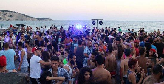بالصور ..  رغم الدمار بسوريا الأهالى على شواطئ اللاذقية للاستمتاع بالصيف