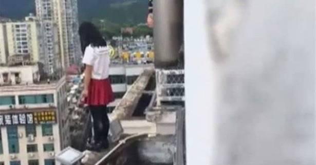 مشهد مثير ..  معلم ينقذ طالبته من الانتحار في اللحظات الاخيرة قبل ان تلقي بنفسها من الطابق الـ17