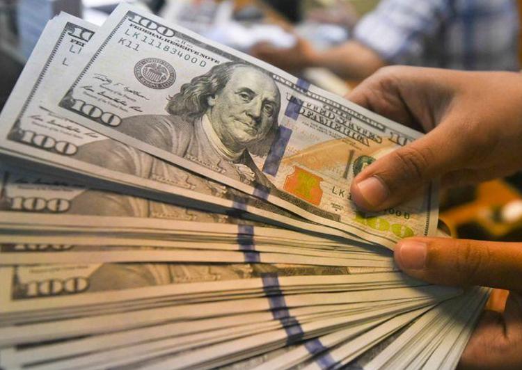 الدولار يصعد بعد أسوأ شهر في 10 سنوات