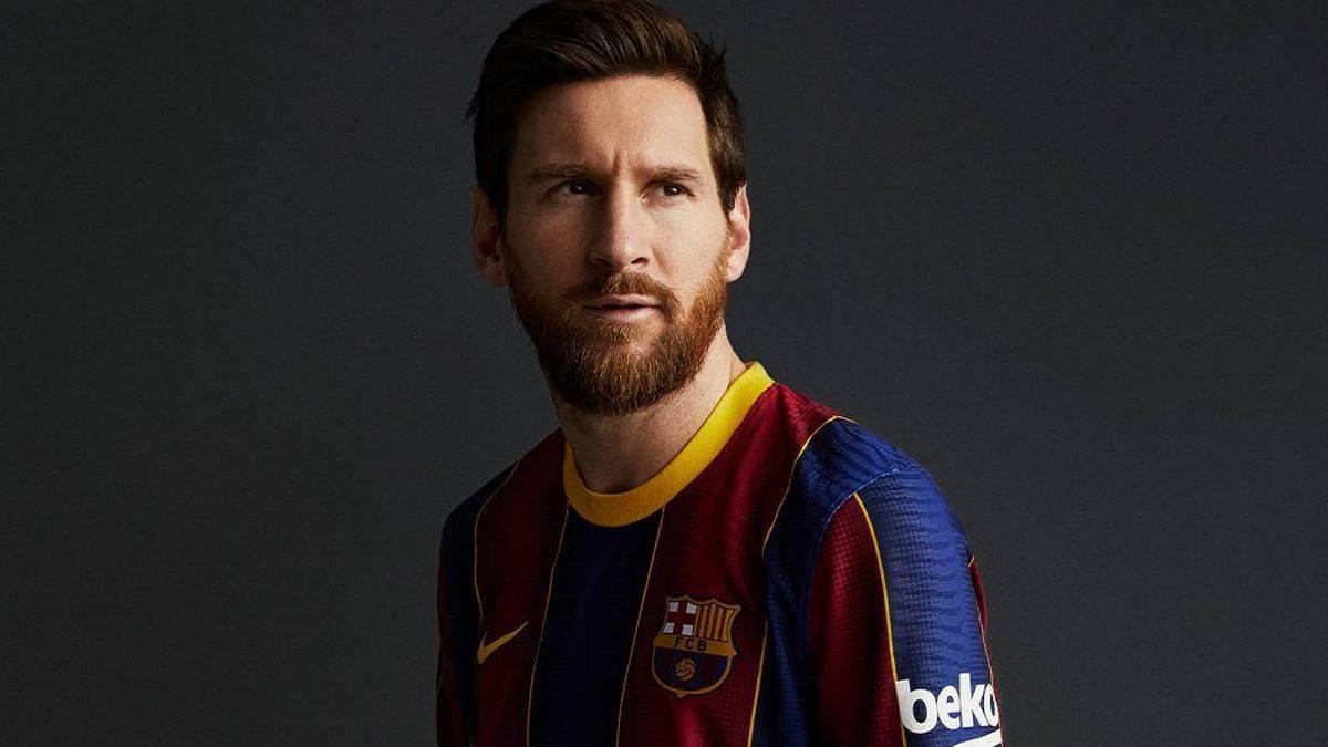شاهد بالفيديو  ..  ميسي وسيدات برشلونة يستعرضون قميص برشلونة الجديد
