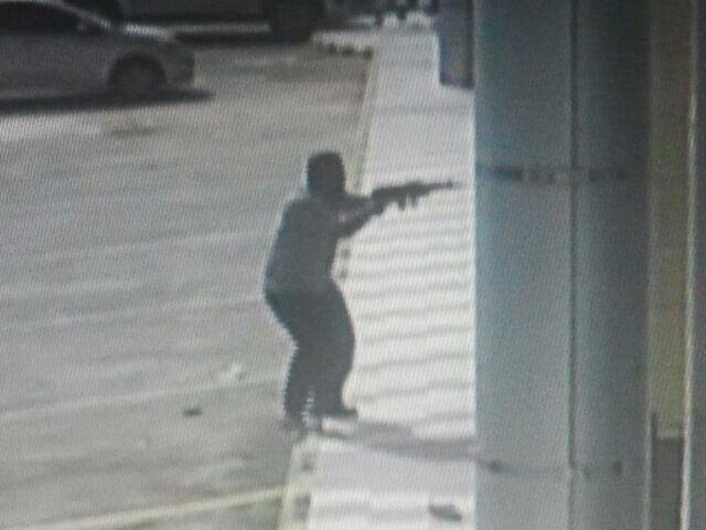 سعوديون يهاجمون مطعم الرومانسية بكلاشنكوف