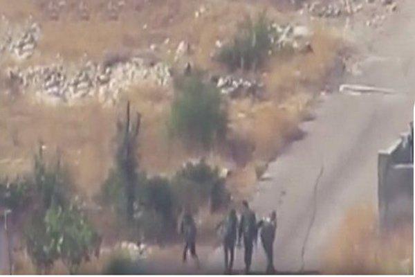بالفيديو  ..  مشهد صادم لقتل (5) جنود سوريين بوسط الشارع