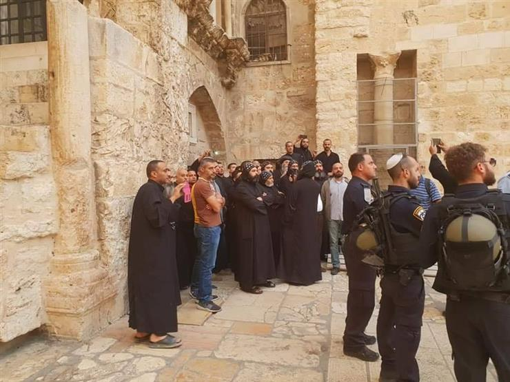 قوات الاحتلال تعتدي على الرهبان في ساحة كنيسة القيامة بالقدس