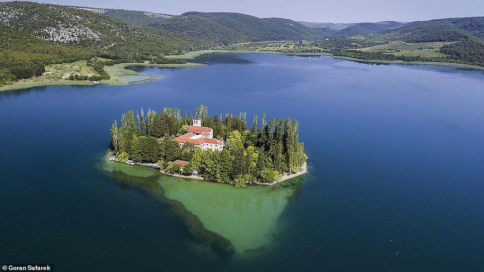 كرواتيا… صور ساحرة تظهر جمال أنهار البلاد وشلالاتها