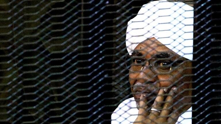 نقل الرئيس السوداني المخلوع عمر البشير إلى مشفى عقب اصابته بوعكة صحية