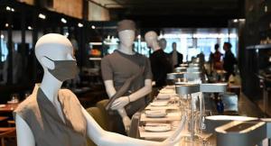 مطعم يستعين بالمانيكان التزاما بالتباعد الاجتماعي - فيديو