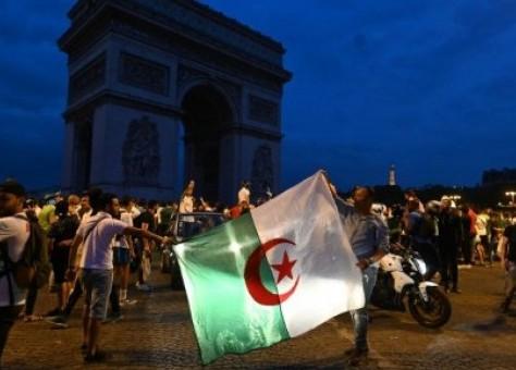 """احتفالات تأهل الجزائر لنهائي """"الكان"""" في مصر ..  فرنسا توقف المئات -التفاصيل"""