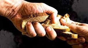 عمان : الفقر يجبر أب على  تقسيم حبة بسكويت لثلاثة قطع لإعطاءها لأطفاله في المدرسة ..  صورة