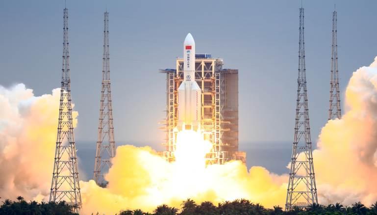 مركز الفلك الدولي يوضح صعوبة تحديد موقع سقوط الصاروخ الصيني التائه