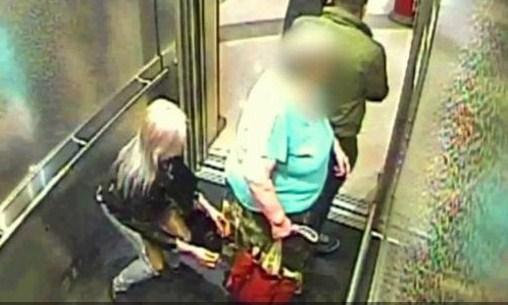 بالفيديو  ..  فتاة شقراء و ر جلين يغافلون سيدة لسرقة حقيبتها بطريقة ذكية في المصعد