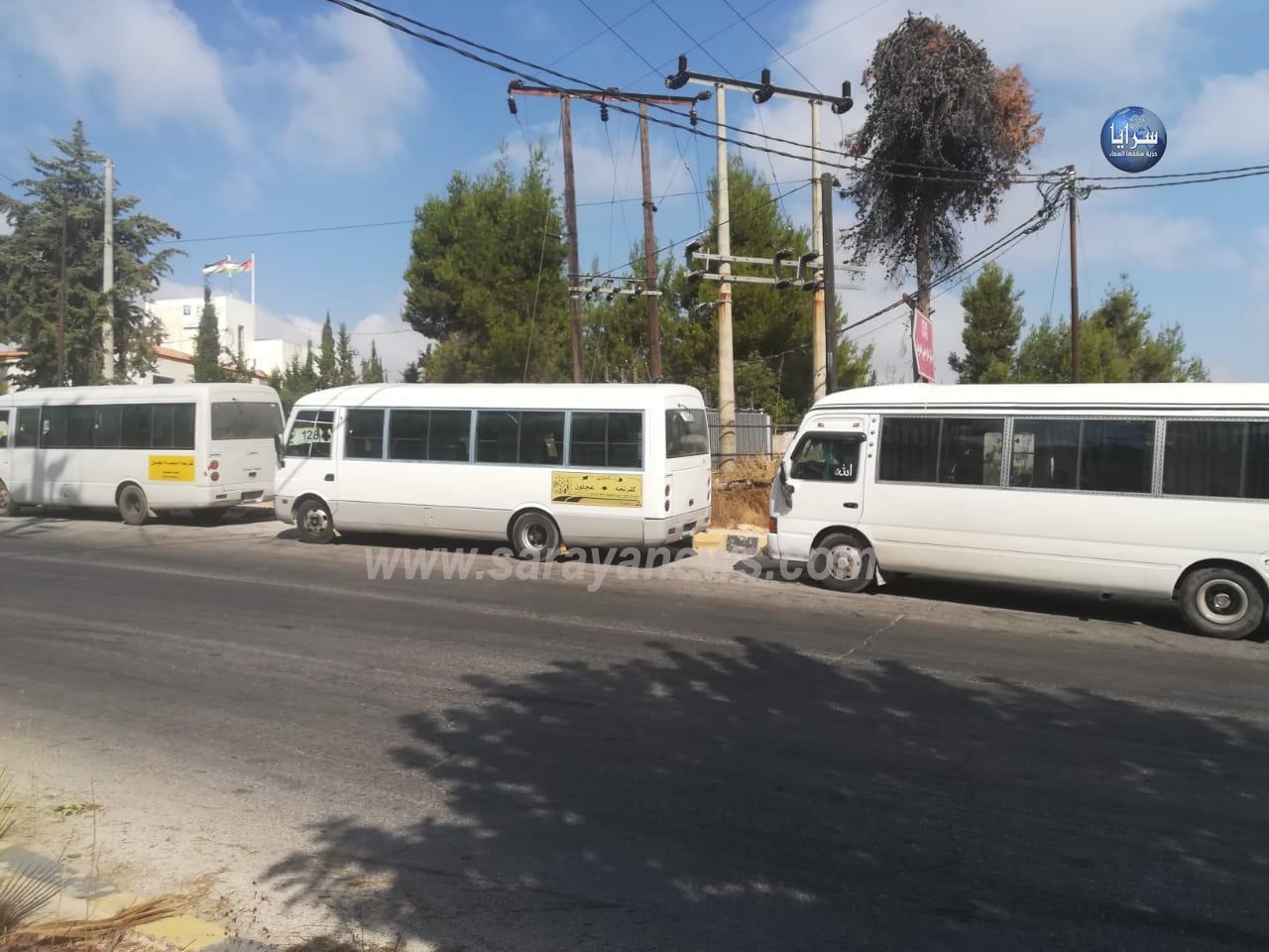 بالصور  ..  سائقو باصات خط كفرنجة عجلون يعتصمون أمام المحافظة