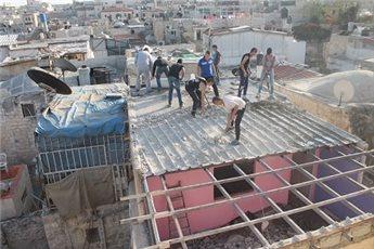 قائم منذ 18عاما ..  مواطن يهدم منزله بيده في القدس .. صور