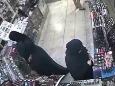 3 فتيات يسرقن 1500 دينار من يمني  بجبل عمان