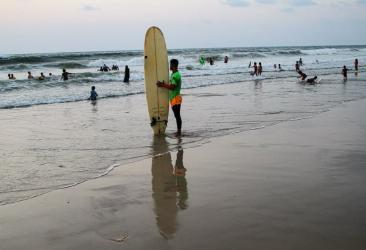 بالفيديو والصور  ..  شاهد ركوب الأمواج في بحر غزة