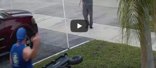 بالفيديو ..  مجهول يهاجم رجلا بسيف في حي أمريكي