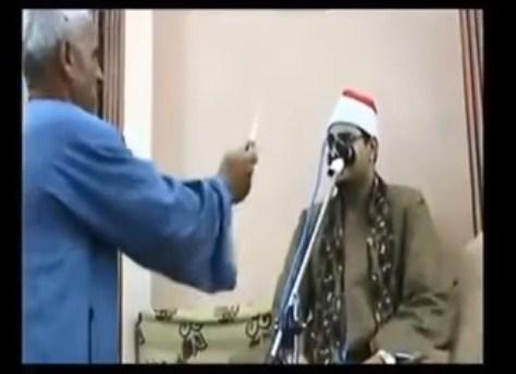 """بالفيديو  ..  مصري يهدد شيخ بضربه بـ""""موس"""" إذا لم يستأنف قراءة القرأن الكريم"""