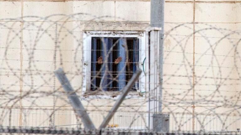  16اسيرا فلسطينيا يواصلون إضرابهم عن الطعام