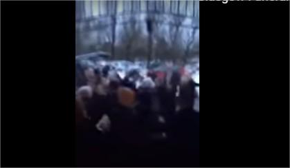 بالفيديو  :جنازة تتحول إلى حرب طاحنة وتبادل اللكمات بين المشيعين