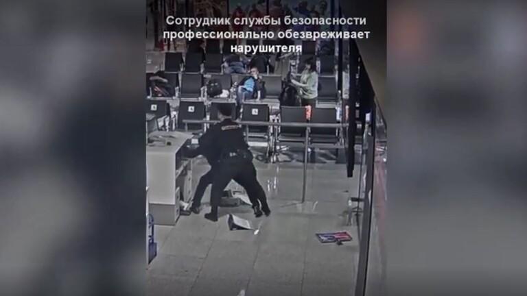 بالفيديو ..  مسافر غاضب يدمر ممتلكات مطار بضواحي موسكو