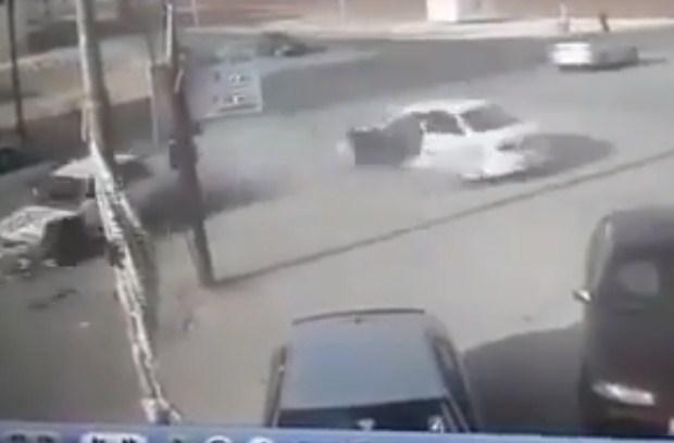 بالفيديو  ..  عمان : لحظة تصادم عنيف بين مركبتين و سقوط السائق من سيارته بسبب قوة الاصطدام