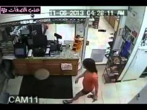 بالفيديو.. بنت تسرق وتهرب وصاحب المحل يعجز عن الامساك بها