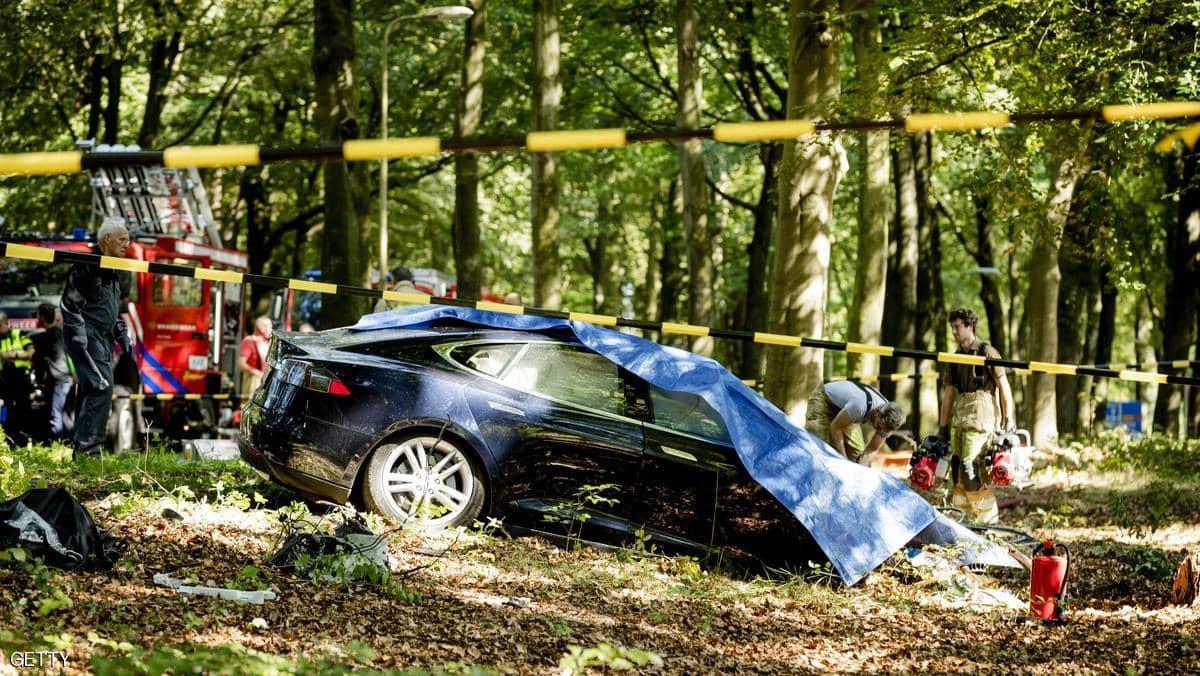 الخلل تكرر مرارا ..  «سيارة تسلا» متهمة بقتل مهندس «أبل»