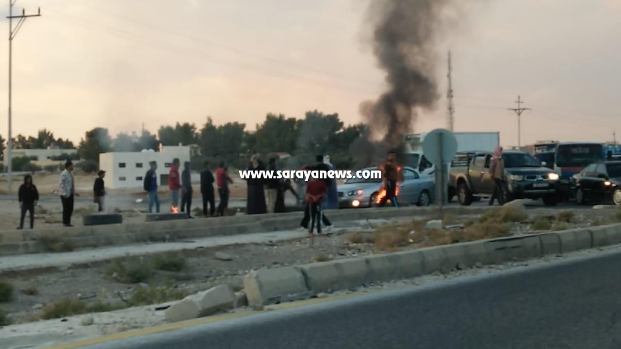 """محتجون يغلقون مدخل ثغرة الجب بالاطارات المشتعلة للمطالبة باعادة تأهيل شارع """" صور"""""""