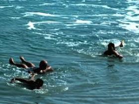 محافظ البلقاء..يمنع السباحة في البحر الميت ليلاً