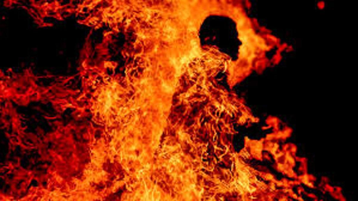 مصري ينتحر حرقا بسبب ابنه